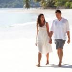 Romantische Flitterwochen Ziele Thailand oder Bali, spazieren am Strand , Hochzeitsreise Ziele Seychellen und Mauritius
