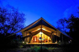 Asanja Grumeti Zelt Aussenansicht bei Nacht
