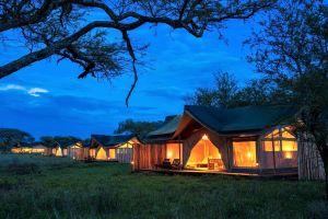 Asanja Moru Zelt Aussenansicht bei Nacht